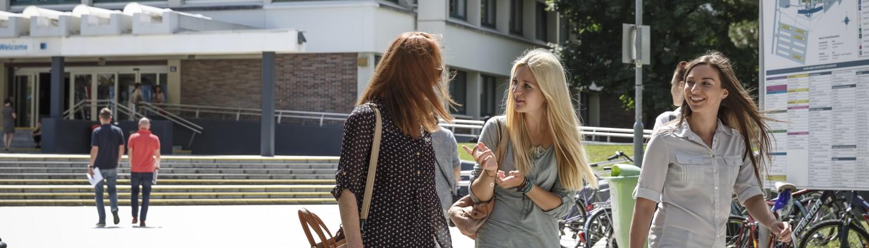 Studierende am Campus | Foto: aau/tinefoto.com