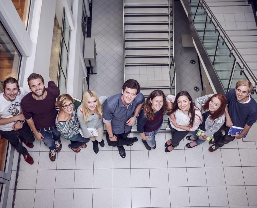 Menschengruppe vor Bibliothekstreppen | Foto: aau/tinefoto.com