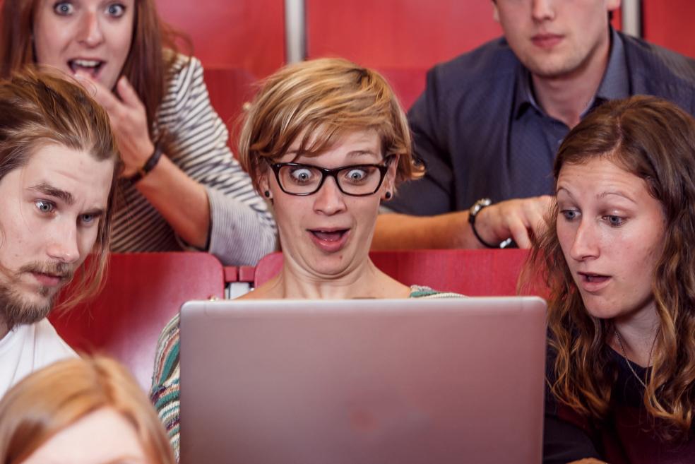 Studierende vor einem Notebook im Hörsaal | Foto: tinefoto.com