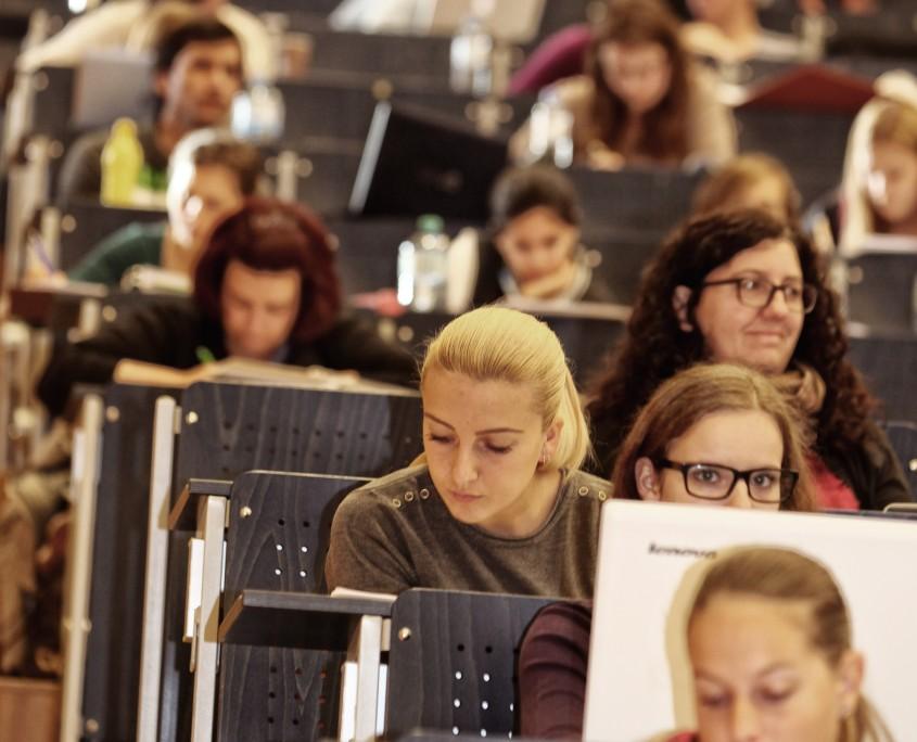 Studierende im Hörsaal A | Foto: aau/Hoi