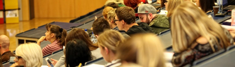 Studierende im Hörsaal | Foto: aau/Hoi