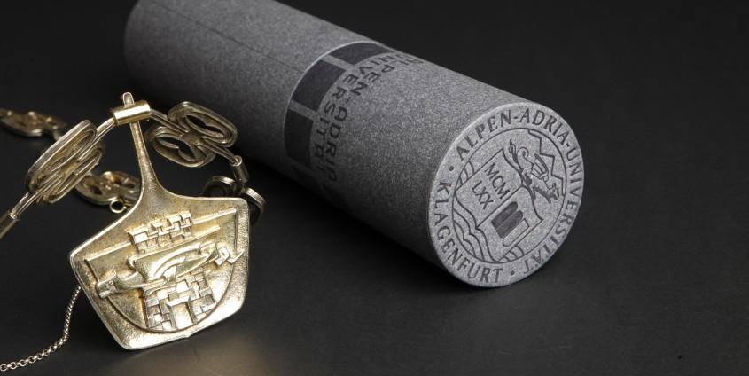 Sponsionsrolle mit Rektorskette | Foto: aau/Maurer