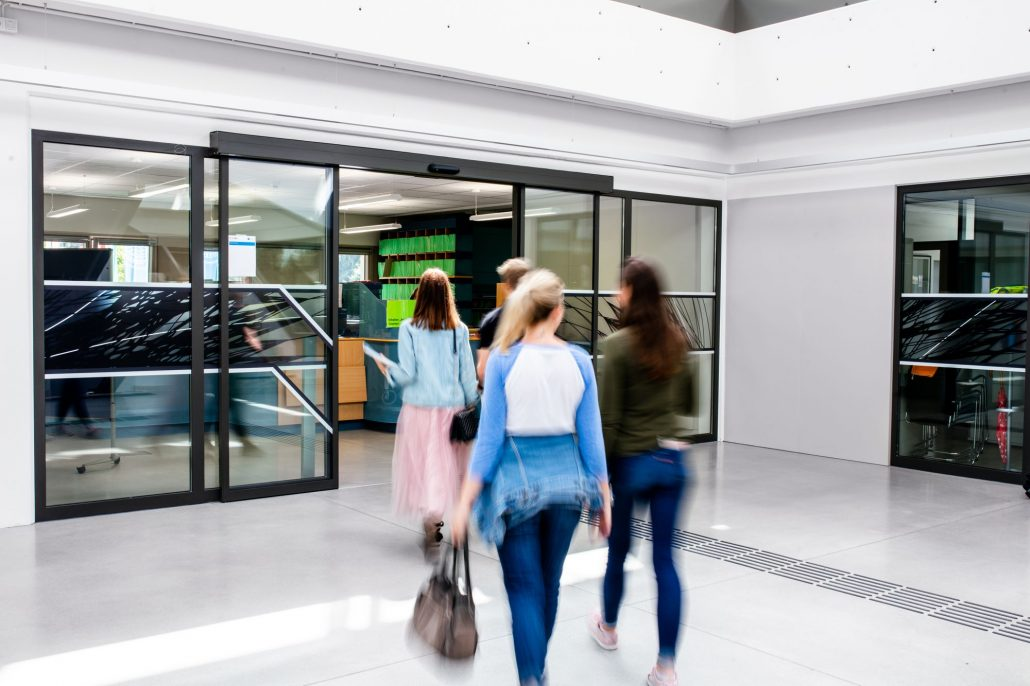 Eingang zur Studien- und Prüfungsabteilung im Foyer der Universität Klagenfurt