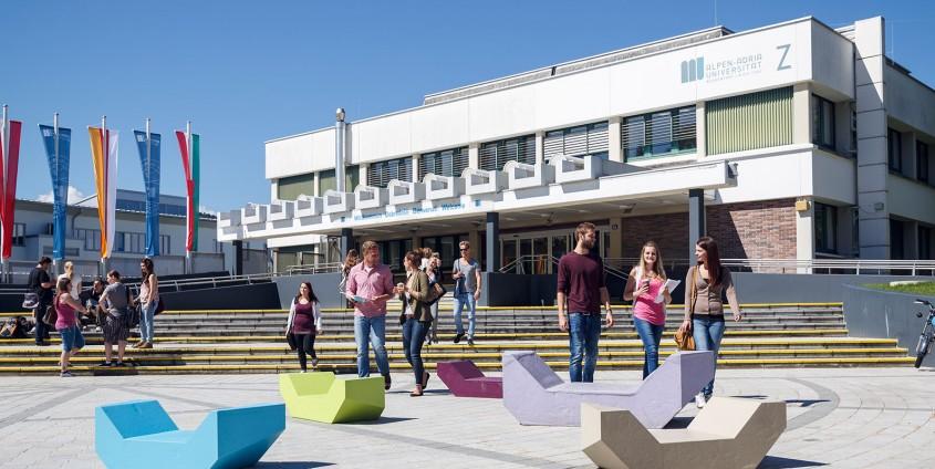 Alpen-Adria-Universität Klagenfurt Haupteingang mit Menschen | aau/tinefoto.com