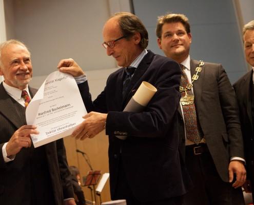 Peter Gstettner mit Manfred Bockelmann sowie Oliver Vitouch und Norbert Frei | Foto: aau/Maurer
