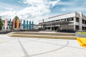 Haupteingang vom Zentralgebäude der Universität Klagenfurt