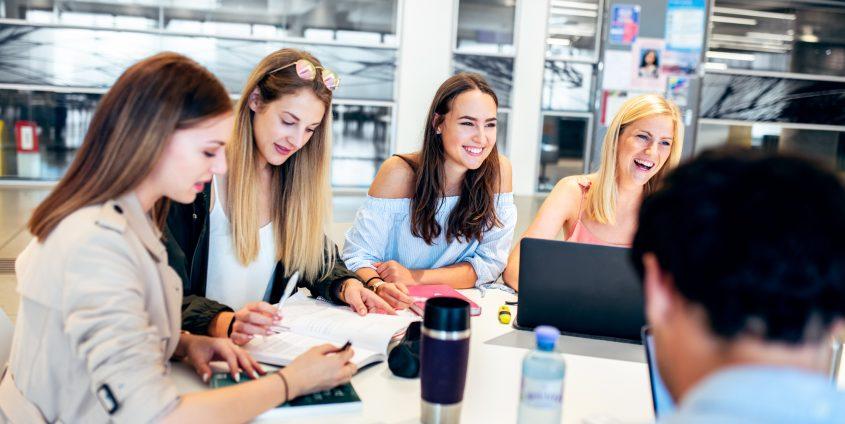 Studierende in der Aula der Universität Klagenfurt