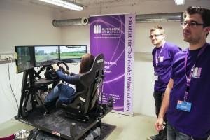 SchülerInnen testen den Fahrsimulator | Foto: aau/Smerietschnig