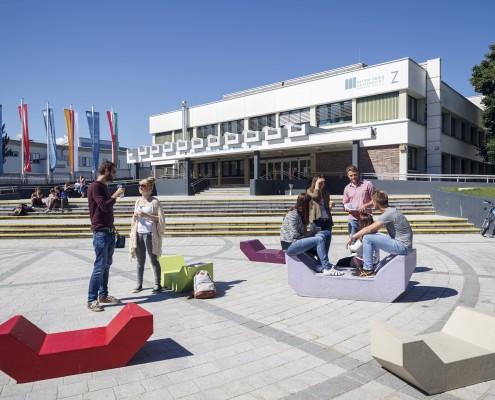 Haupteingang mit Studierenden | Foto: aau/tinefoto.com