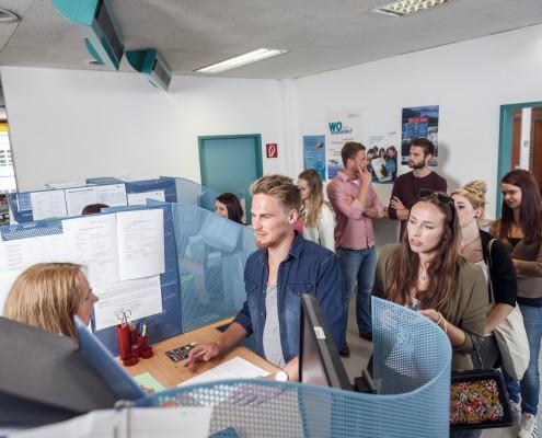 Studierende in der Studienabteilung | Foto: aau/tinefoto.com