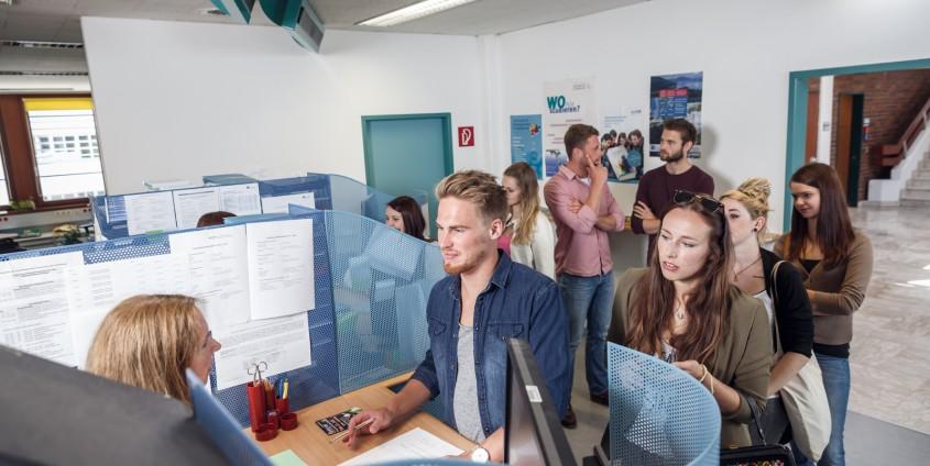 Studierende in der Studienabteilung