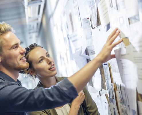 Studierende bei der Informationssuche | Foto: aau/tinefoto.com