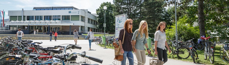 Studierende neben Fahrradständer | Foto: aau/tinefoto.com