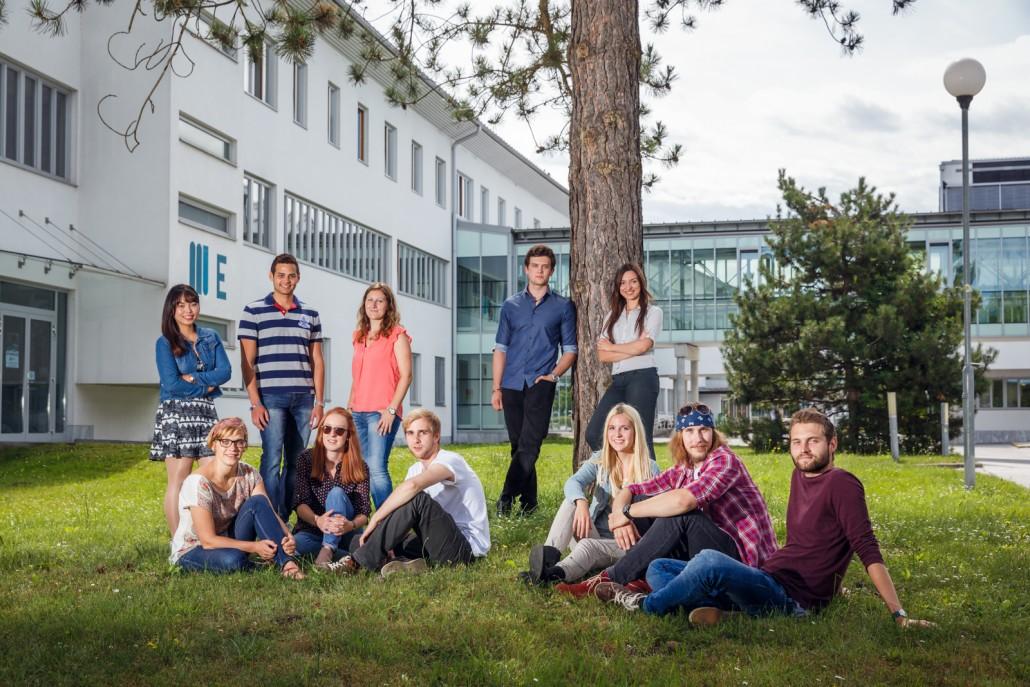 Studierende in der Wiese | Foto: aau/tinefoto.com
