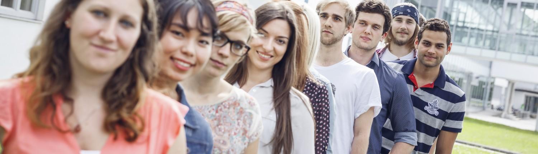 Studierende in einer Reihe | Foto: aau/tinefoto.com