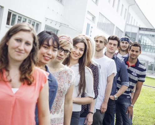 Studierende stehen in einer Reihe vor dem Südtrakt
