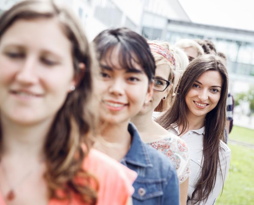 Studierende in einer Reihe