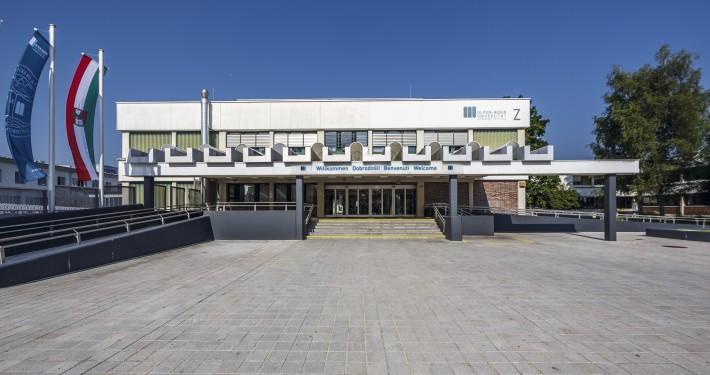 Universität Haupteingang   Foto: aau/tinefoto.com