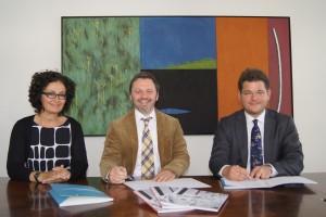 Unterzeichnung des Kooperationsvertrags zwischen der Alpen-Adria-Universität und dem Stadttheater Klagenfurt: Vizerektorin Cristina Beretta, Intendant Florian Scholz und Rektor Oliver Vitouch