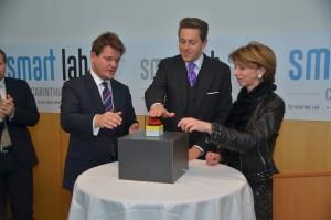 Der rote Knopf startet die 3D-Drucker (von links: Oliver Vitouch, Harald Mahrer und Gaby Schaunig)   Foto: aau/Marinelli