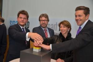 Smart Lab Carinthia: ein gemeinsames Projekt der AAU und FH Kärnten (von links: Oliver Vitouch, Siegfried Spanz, Gaby Schaunig und Harald Mahrer)   Foto: aau/Marinelli