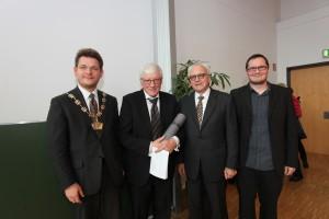 Rektor Oliver Vitouch, Ehrendoktor Karl Corino, Klaus Amann und Mathias Lux (v. l.)   Foto: aau/Hoi