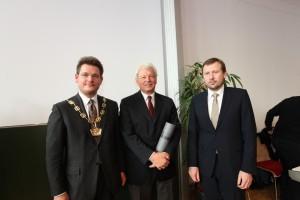 Rektor Oliver Vitouch, Ehrensenator Paul Wieser und Dekan Erich Schwarz (v. l.)   Foto: aau/Hoi