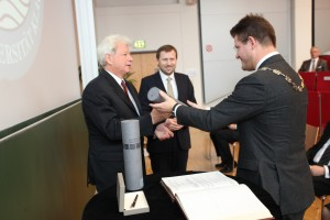 Paul Wieser und Rektor Oliver Vitouch   Foto: aau/Hoi