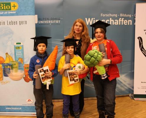 Die Gewinner der Verlosung mit Vizerektorin Friederike Wall | Foto: aau/Hoi