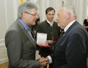 Peter Gstettner und Landeshauptmann Peter Kaiser bei der Überreichung des Großen Goldenen Ehrenzeichens