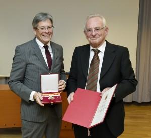 Landeshauptmann Peter Kaiser überreicht das Große Goldene Ehrenzeichen an Peter Heintel.