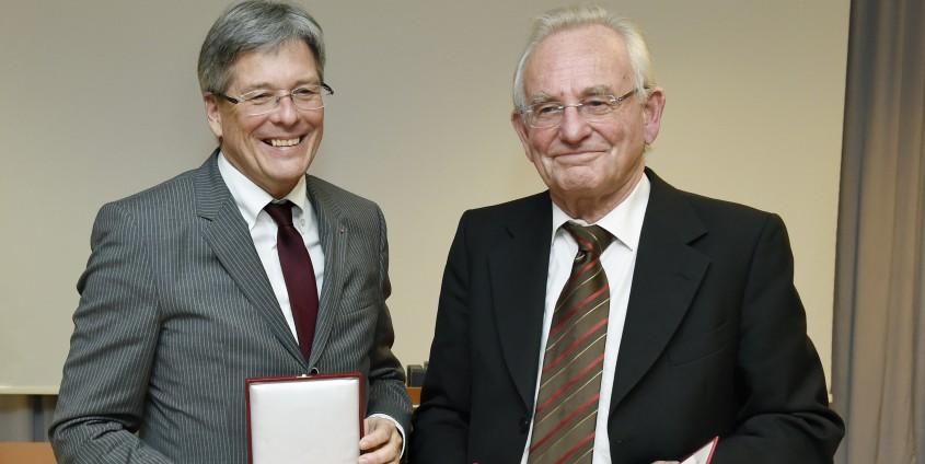 Landeshauptmann Peter Kaiser überreicht das Große Goldene Ehrenzeichen an Peter Heintel   Foto: LPD/fritzpress
