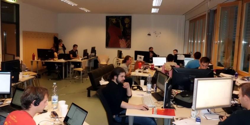 Dauerprogrammierende Studierende bei der 24-Stunden-Challenge | Foto: aau/KK