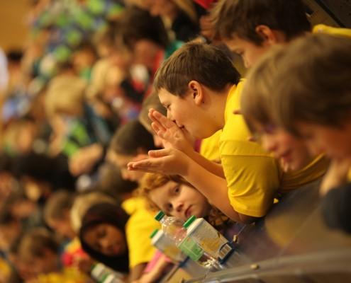 Die Kinder lernen einige Begriffe in Gebärdensprache | Foto: aau/Hoi