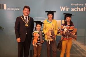 Rektor Oliver Vitouch mit den PreisträgerInnen der Verlosung | Foto: aau/Hoi