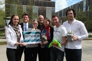 """Die MitarbeiterInnen der Station """"Wer bringt Ruhe ins Tierheim?"""" mit Rektor Oliver Vitouch (2.v.l.) und Lakeside Park GF Hans Schönegger (Mitte)   Foto: aau/Hoi"""
