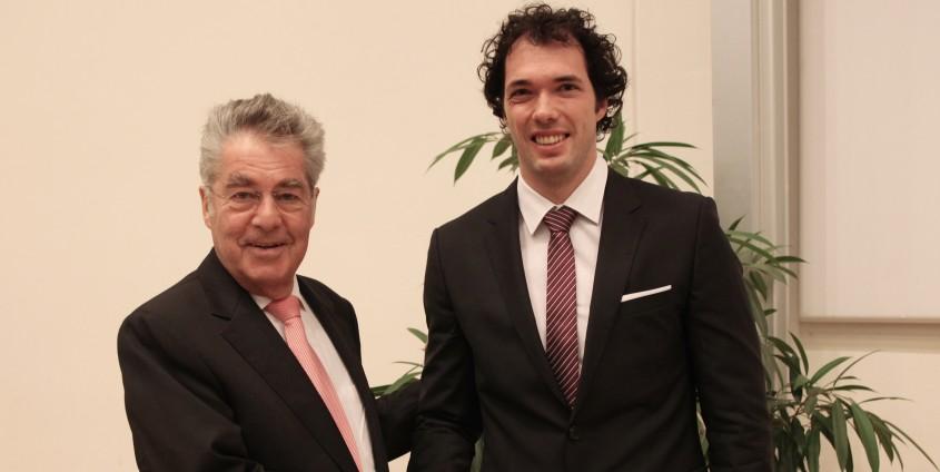 Bundespräsident Heinz Fischer gratuliert Philipp Hungerländer | Foto: aau/Hoi
