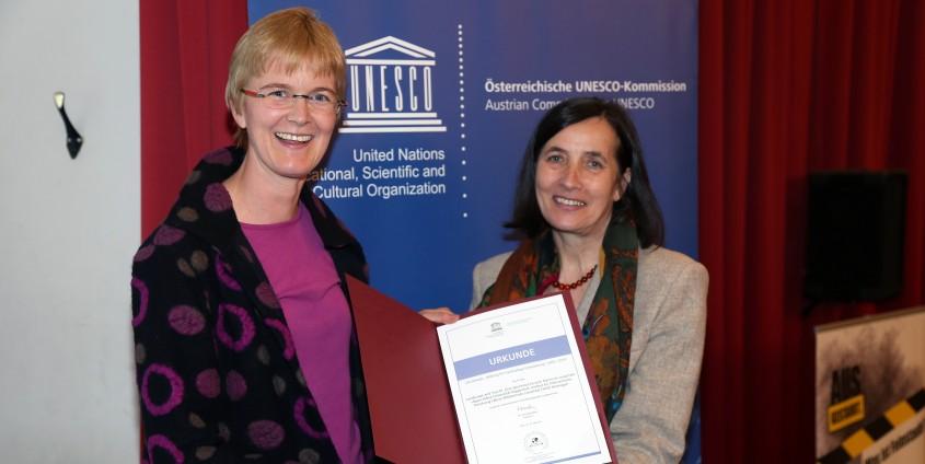 Andrea Sieber nahm die Auszeichnung zum UN-Dekaden-Projekt entgegen | Foto: aau/KK