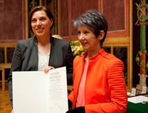 Karin Gugitscher mit Nationalratspräsidentin Barbara Prammer (Foto: Obermair)