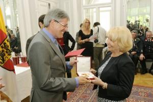Landeshauptmann Peter Kaiser überreicht das Große Goldene Ehrenzeichen an Jutta Menschik-Bendele