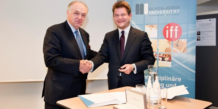 Unterzeichnung des Memorandum of Understanding: Pavel Kabat (li.) und Oliver Vitouch | Foto: aau/Ster