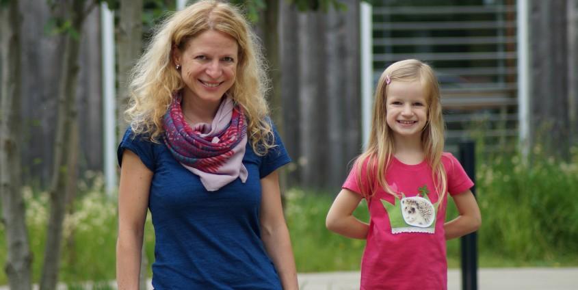 Michaela Schicho und ihre Tochter Isabell mit einer sticklett Applikation | Foto: aau/Tischler