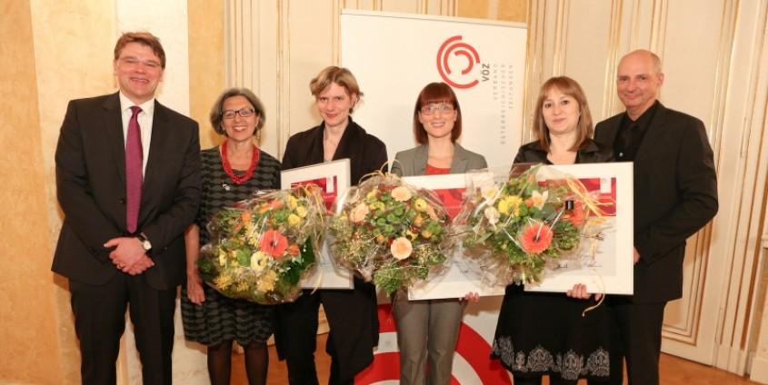 Jury-Vorsitzender Matthias Karmasin, Elisabeth Freismuth, Sonja Harter (Preisträgerin Master-/Diplomarbeit), Katharina Krainer (Sonderpreis), Brigitte Huber (Preisträgerin Dissertationen), VÖZ-Board Harald Knabl (v.l.) | Foto: VÖZ/Schiffl