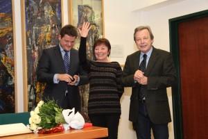 Helga Rabenstein-Moser erhält den Ehrenring von Oliver Vitouch und Norbert Frei | Foto: aau/KK