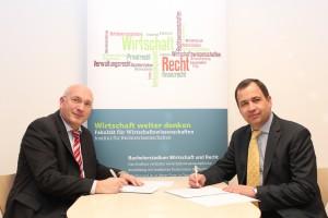 Unterzeichnung des Kooperationsvertrags zwischen Johannes Heinrich (Institut für Rechtswissenschaften) und Gernot Murko (Präsident der Rechtsanwaltskammer Kärnten) v. l. n. r.