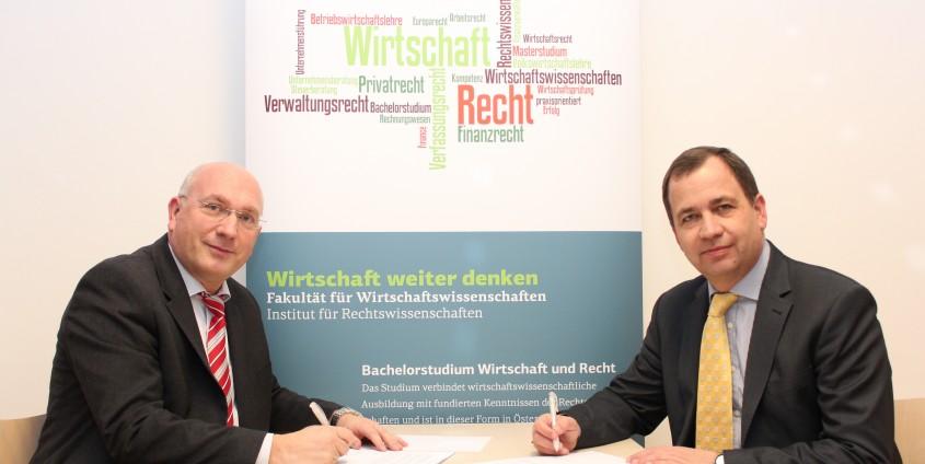 Unterzeichnung des Kooperationsvertrags zwischen Johannes Heinrich (Institut für Rechtswissenschaften) und Gernot Murko (Präsident der Rechtsanwaltskammer Kärnten) v. l. n. r. | Foto: aau/ReWi