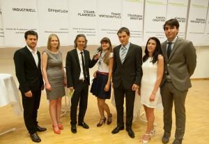 Die besten Studierenden der Fakultät im Studienjahr 2012/13 mit Moderator Mike Diwald | Foto: aau/Neumüller