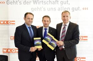 Meinrad Höfferer (Wirtschaftskammer Kärnten), Christian Benger (Wirtschaftslandesrat), Ralf Terlutter(Abteilung Marketing, AAU), Foto: LPD/fritzpress