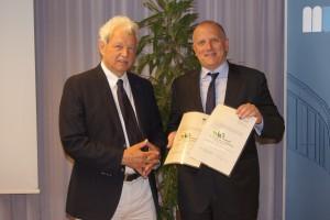Paul Wieser (Obmann des Vereins zur Förderung der Wirtschaftswissenschaften) überreicht die Urkunde stellvertretend an Paolo Rondo-Brovetto (re.) | Foto: aau/KK