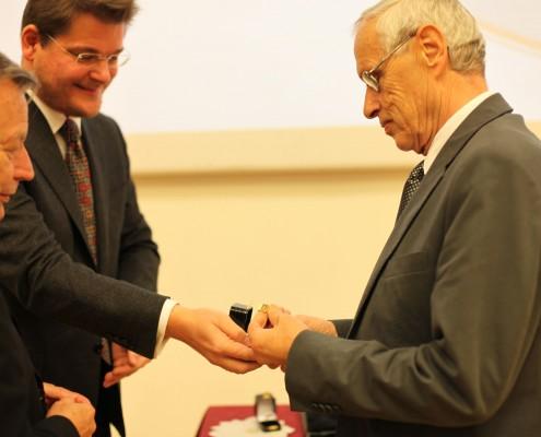Ehrenringträger Albert Berger mit Rektor Oliver Vitouch und Senatsvorsitzendem Norbert Frei | Foto: aau/Hoi